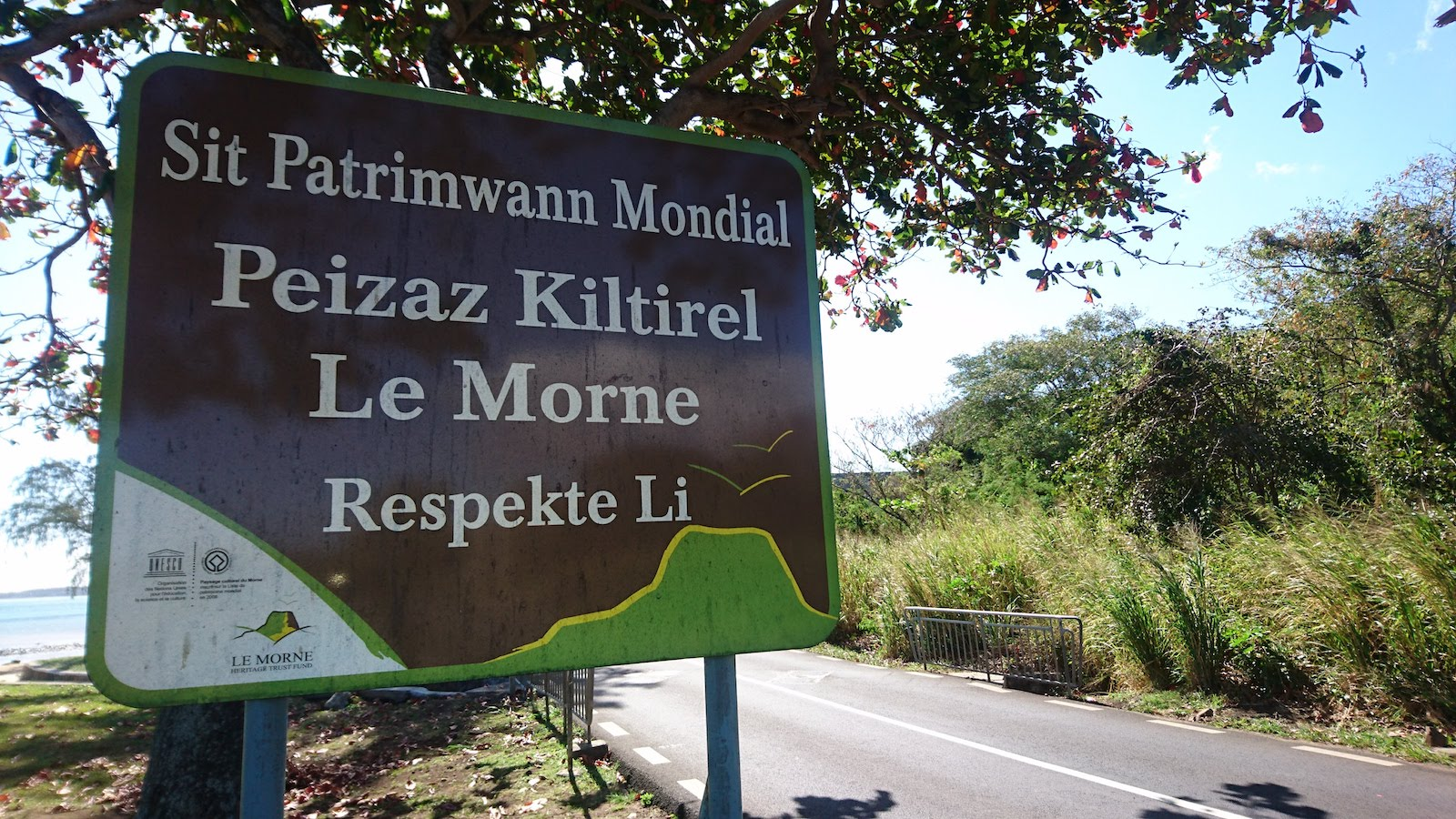A sign post written in Mauritian Creole