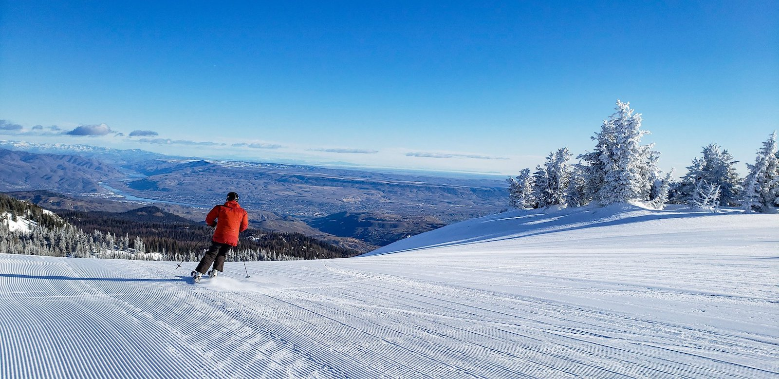 Image of a skier going down the slopes at Mission Ridge Ski Area in Washington