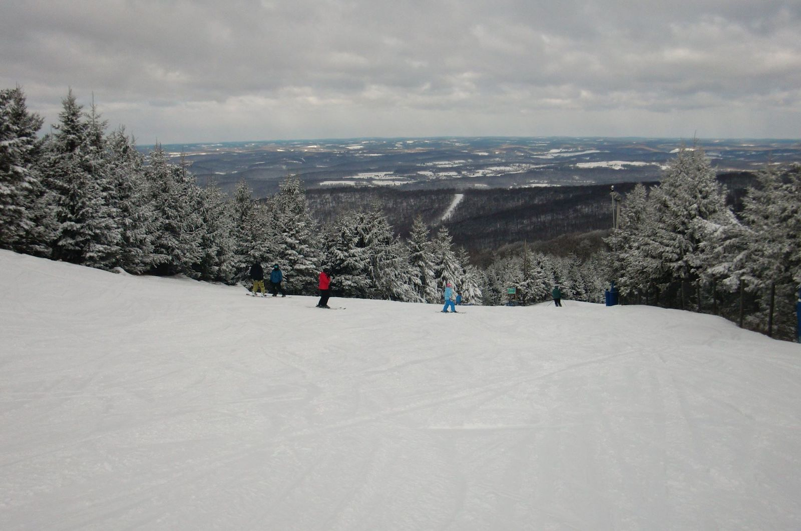 Image of skiers and snowboarders at Elk Mountain Resort in Pennsylvania